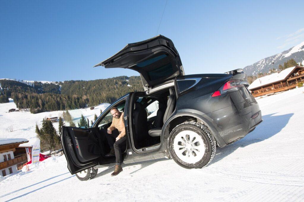 Tesla modèle X en station de ski
