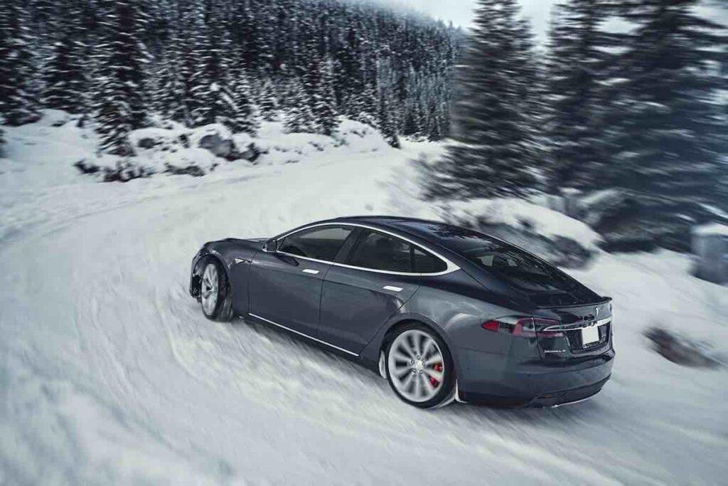 Tesla modèle S qui monte à Courchevel
